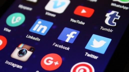 photographie d'un téléphone portable avec un grand nombre d'applications dont Facebook