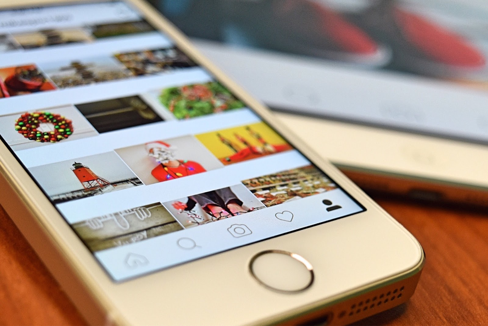 photographie d'un iphone ouvert sur l'application Instagram