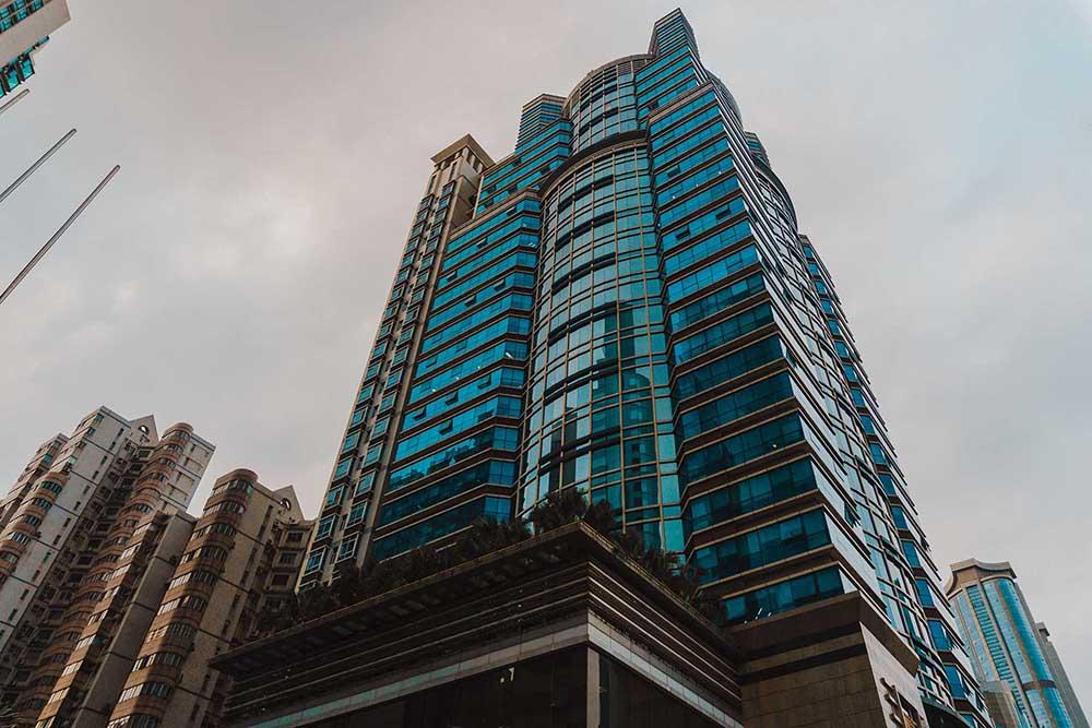 photographie d'un building en contre plongée oblique