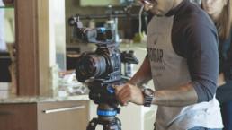 photographie d'un caméraman en train de filmer une scène